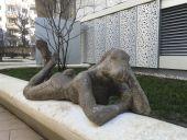 Point d'intérêt Lausanne - Anehom lisant Voltaire et Femlièvre - 2015 | Sculpture | Ciment polychrome - Photo 1