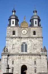place Saint-Hubert - La façade de l'ancienne abbatiale Saint-Pierre et Saint-Paul, aujourd'hui basilique. - Photo 1